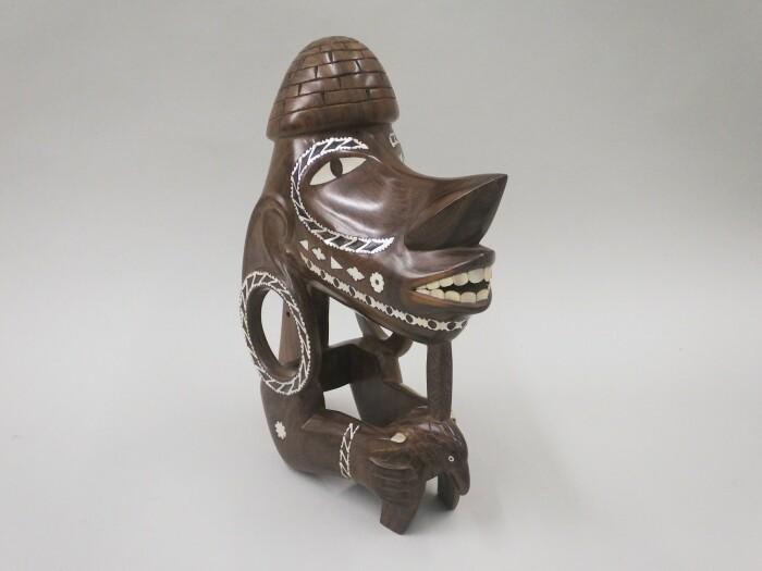 Фигурная голова каноэ из дерева с инкрустацией из жемчужной раковины. \ Фото: rct.uk.