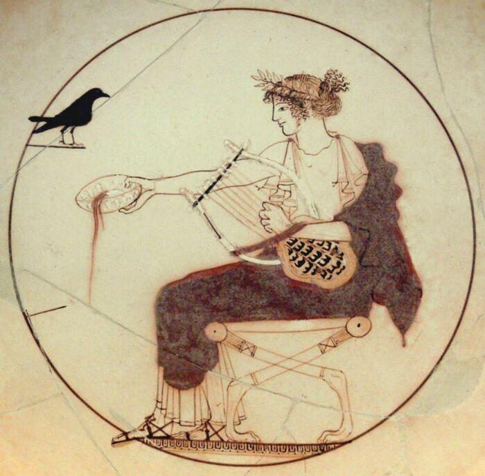 Редкий пример чаши из белого грунта, изображающей бога Аполлона, совершающего возлияние в Дельфах, 480-70 гг. до н. э. \ Фото: neoskosmos.com.