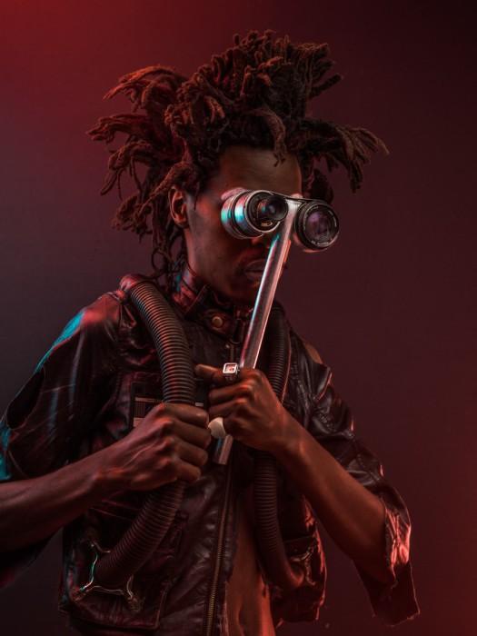 Каранджа 'Крот' Жер (KARANJA 'THE MOLE' JERE). Человек-крот, благодаря телескопическим очкам, он может подобраться довольно близко к противнику, при этом оставаясь незамеченным. Автор фото: Осборн Махария (Osborne Macharia).