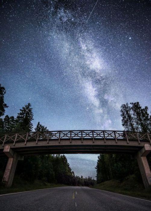 Мост в ночь. Автор: Oscar Keserci.