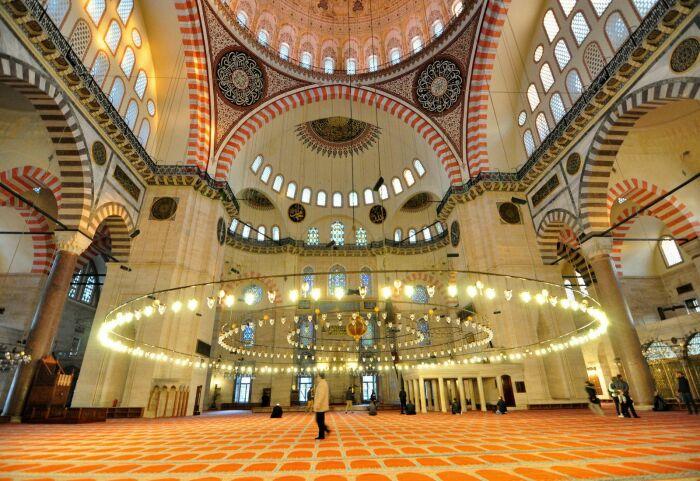 Интерьер мечети Сулеймание, Стамбул.  Фото: istanbulclues.com.