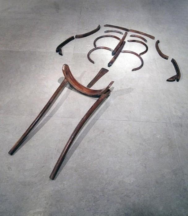 Мёртвый стул, 2012 год, демонтированный деревянный стул. Автор: Paul Muguet.