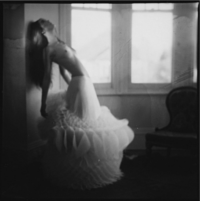 Девушка у окна. Автор фоторабот: Паулина Отилье Сурис (Paulina Otylie Surys).