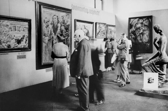 Выставка Дегенеративного искусства, Здание галереи Мюнхенского придворного сада, 1938 год. \ Фото: amusingplanet.com.