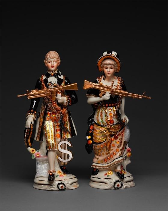 Художница превращает классические статуэтки в скандальные скульптуры о неприглядных реалиях современной жизни