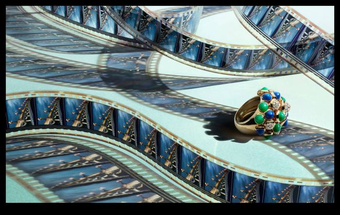 Разноцветное кольцо. Снимок создан специально для коллекции украшений Картье (Cartier's Art Deco Jewelry). Современный фотограф: Питер Липпманн (Peter Lippmann).