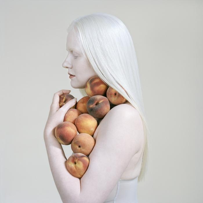 Девушка с персиками, 2018 год. Автор: Petrina Hicks.