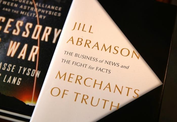 Книга «Торговцы правдой». \ Фото: telekritika.ua.