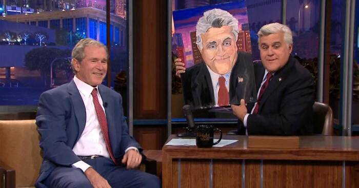 Джордж Буш-младший представил свой портрет Джей Лено, ведущему вечернего шоу, 2013 год. \ Фото: edition.cnn.com.