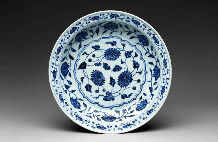 Китайская фарфоровая тарелка с хризантемами и пионами, XV век. \ Фото: google.com.