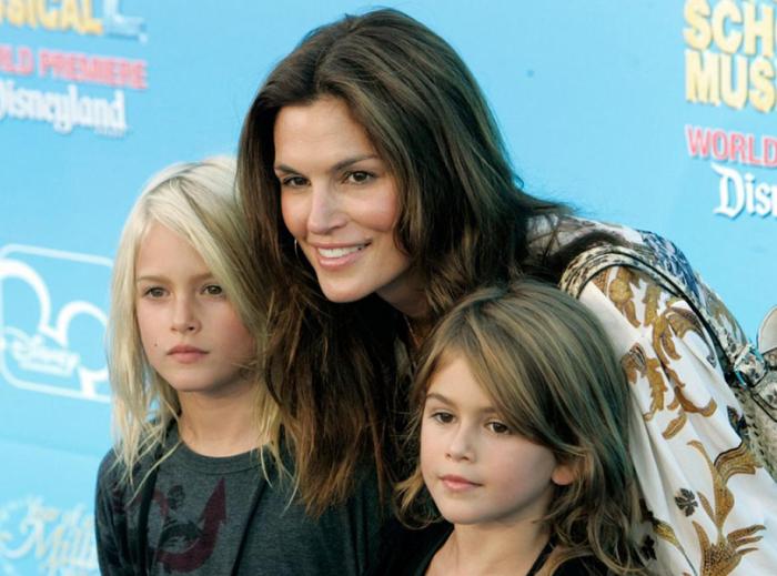Синди Кроуфорд с детьми. \ Фото: posta-magazine.ru.