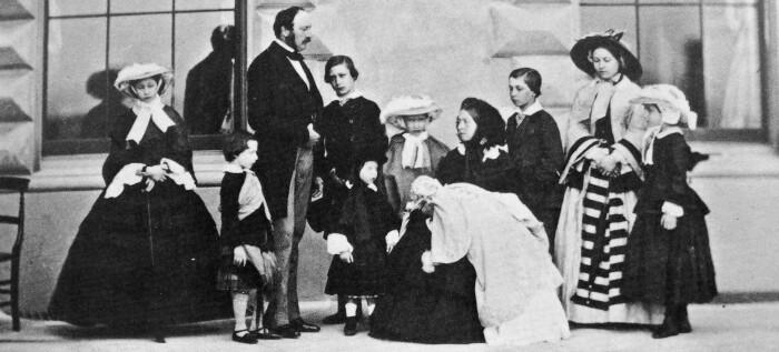 Принц Альберт, королева Виктория и их девять детей, 26 мая 1857 года. \ Фото: xuehua.tw.