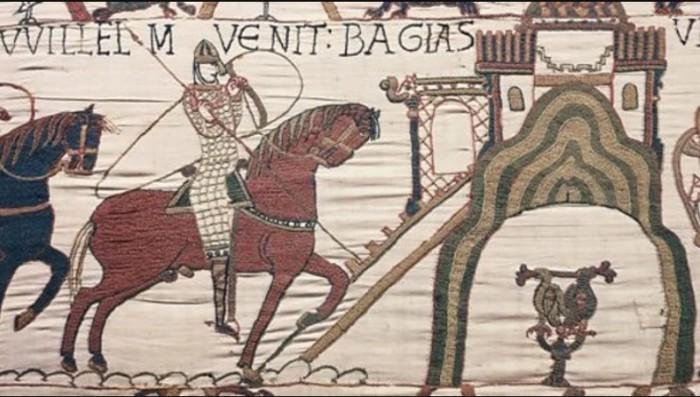 Латинская надпись на гобелене гласит в переводе «Здесь Вильгельм прибывает в Байё». \ Фото: google.com.