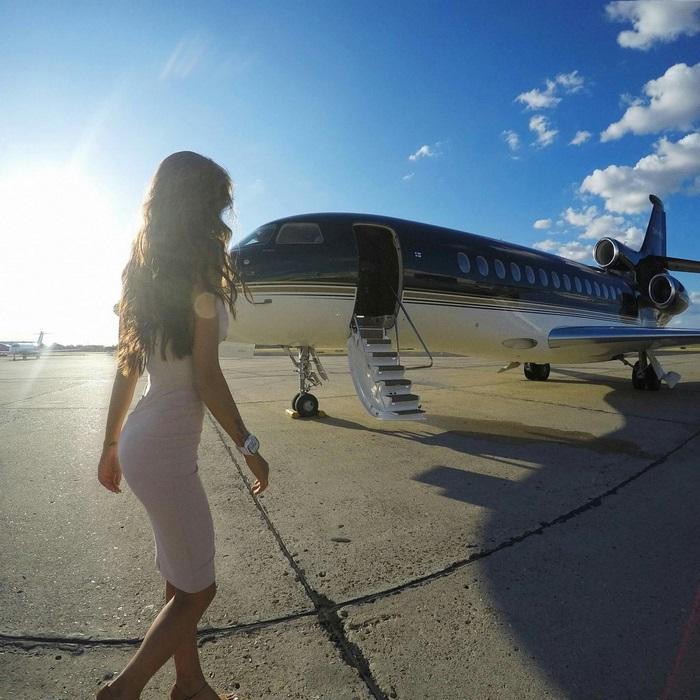 Компания «Private Jet Studio» в Москве предлагает наземные частные фотосессии.
