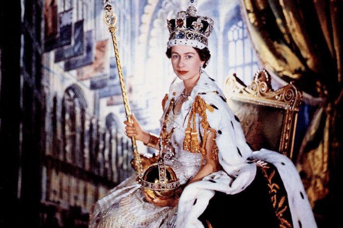 Королева Елизавета в императорской государственной короне. | Фото: pinterest.com.