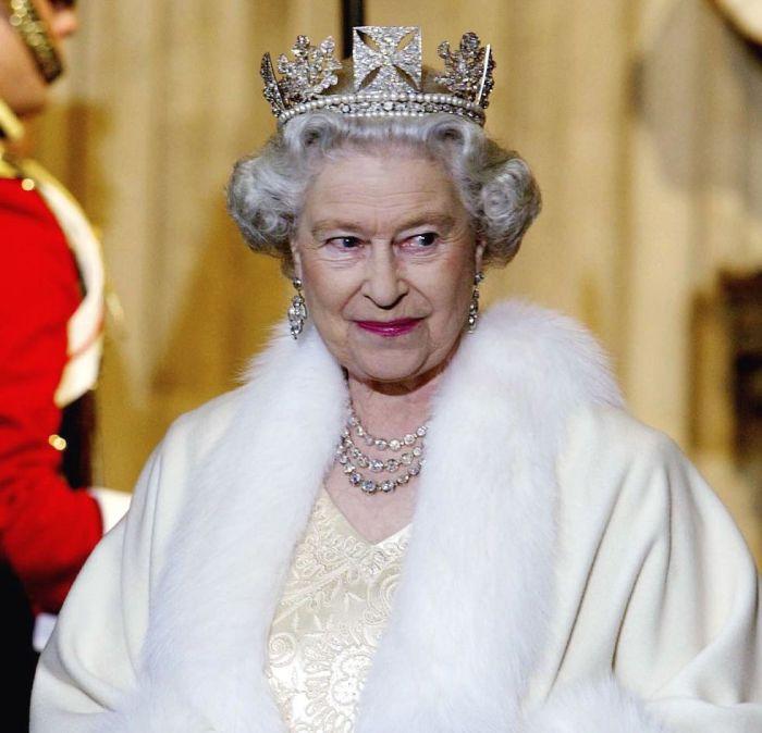 Королева Елизавета в государственной диадеме, ноябрь, 2002 год.