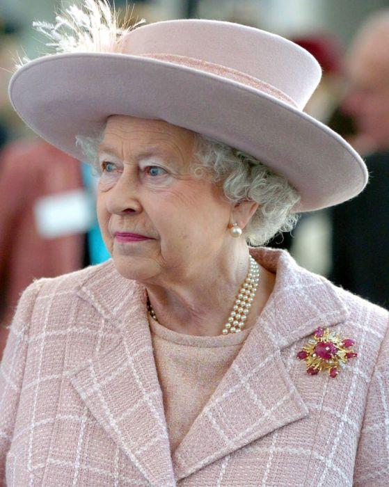 Королева Елизавета и её легендарная брошь «Скарабей».