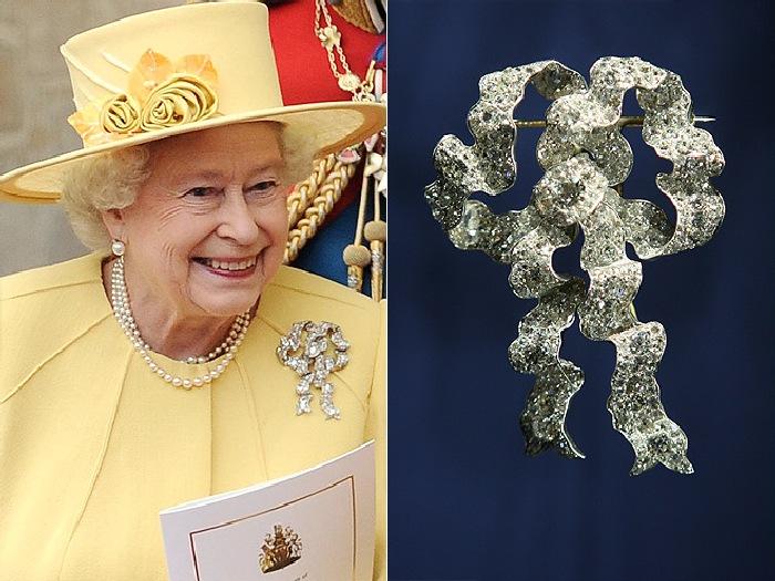 Королева Елизавета и одна из её любимых брошей «Узел влюблённых».