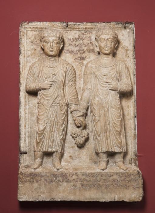 Пальмирский погребальный рельеф с изображением брата и сестры, 114 год н. э., Эрмитаж, Санкт-Петербург. \ Фото: hermitagemuseum.org.