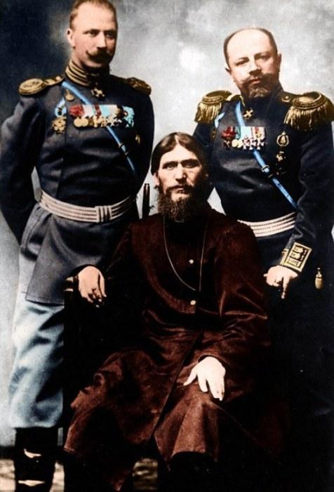 Григорий Распутин с двумя русскими дворянами.