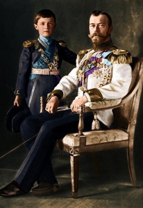 Царь Николай II и его сын, цесаревич Алексей Николаевич, страдающий гемофилией.  Именно ему, Распутин помог избавиться от этого злосчастного недуга.