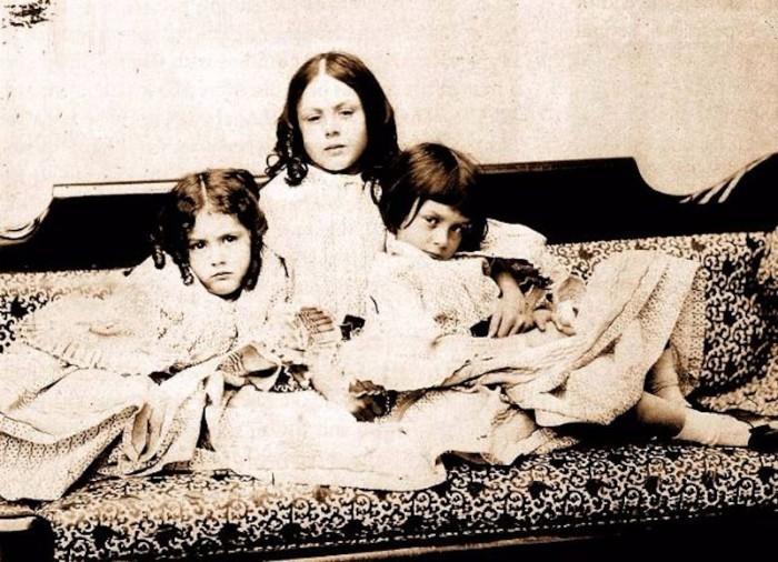Фотография трёх сестёр Лидделл - Эдит, Лорины и Алисы (слева направо). Автор: Льюис Кэрролл.