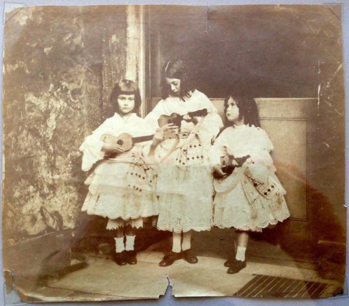 Алиса, Лорина и Эдит Лидделл (1858 год, Алисе здесь 6 лет). Фото опубликовано в блоге правнучки Алисы Лидделл, Ванессы Тайт (Vanessa Tait), 7 июня 2015 года.
