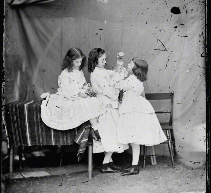 Сёстры Лидделл и вишни (фото 1860 года).