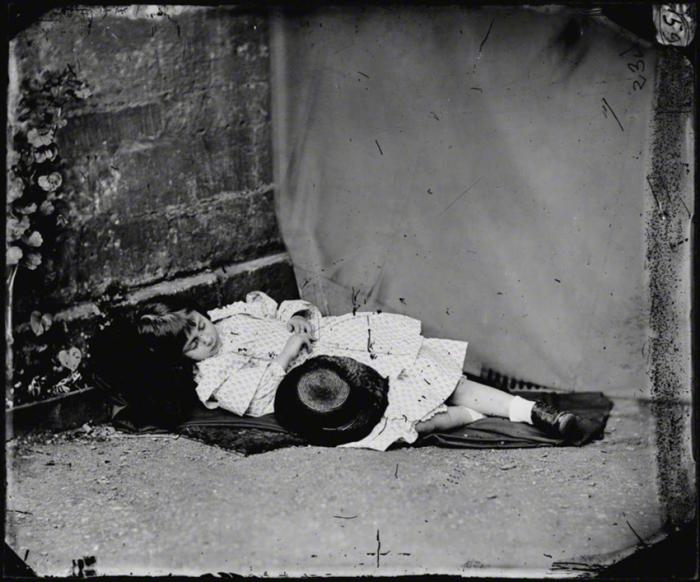 Фото Алисы Лидделл, сделанное Кэроллом летом 1858 года.