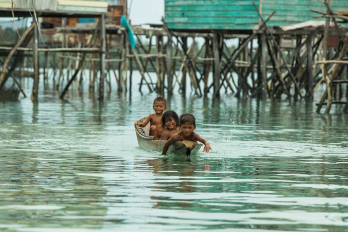 Маленькие баджао учатся плавать на лодках. Автор фото: Rehahn.