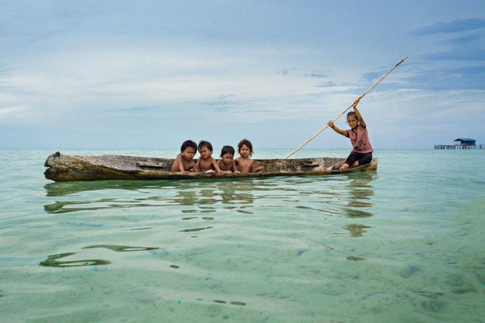 С раннего возраста все свое время дети проводят на лодках. Автор фото: Rehahn.
