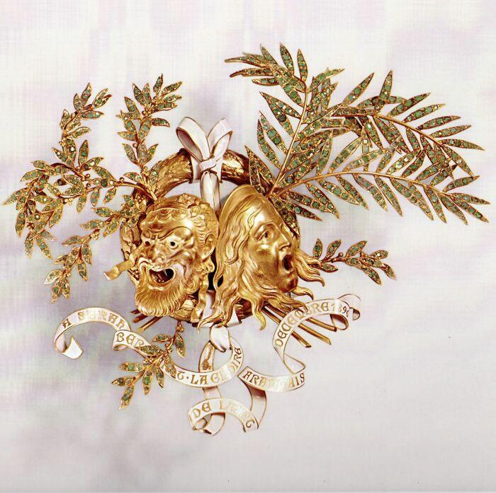 Брошь из золота, эмали и изумрудов, посвящена Саре Бернар. \ Фото: luoow.com.