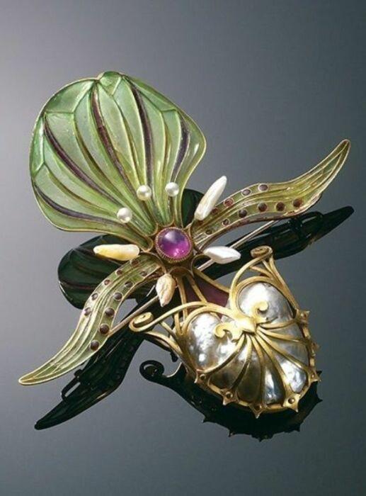 Брошь Орхидея: рубины, эмаль, перламутр, золото, жемчуг. \ Фото: facebook.com.