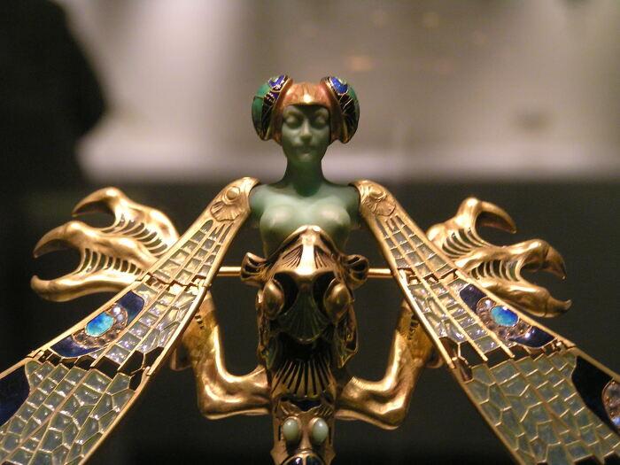 Фрагмент броши Женщина-стрекоза. \ Фото: fiverr.com.