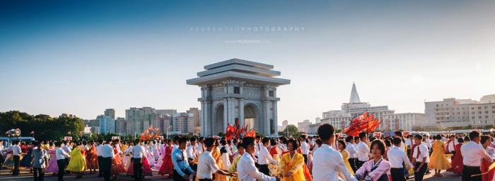 Массовые танцы возле стадиона имени Ким Ир Сена. Автор фото: Reuben Teo.