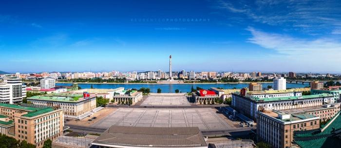 Монумент идей Чучхе и площадь Ким Ир Сена.  Автор фото: Reuben Teo.