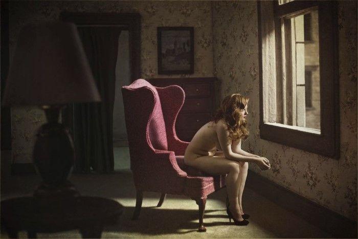 Женщина возле окна. Автор: Richard Tuschman.