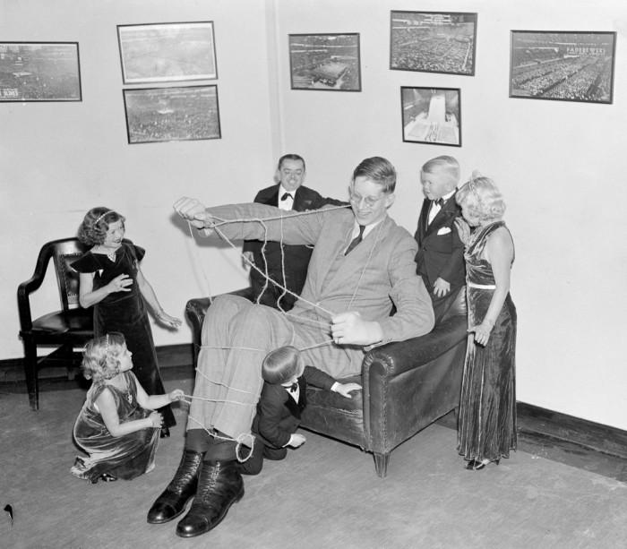 По мотивам «Путешествий Гулливера» артисты цирка братьев Ринглинг связывают Уодлоу, 1937 год.