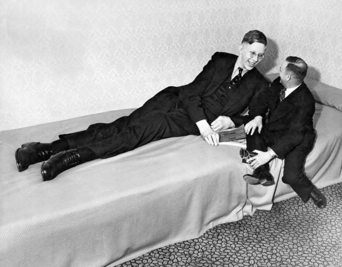 Уодлоу болтает с другом после благотворительного мероприятия в Омахе, штат Небраска. 1 апреля 1937 года.