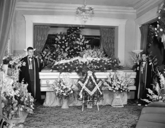 Тело перевезли в родной город великана и похоронили в 500-килограммовом гробу, который несли дюжина носильщиков и восемь помощников. Июль, 1940 год.