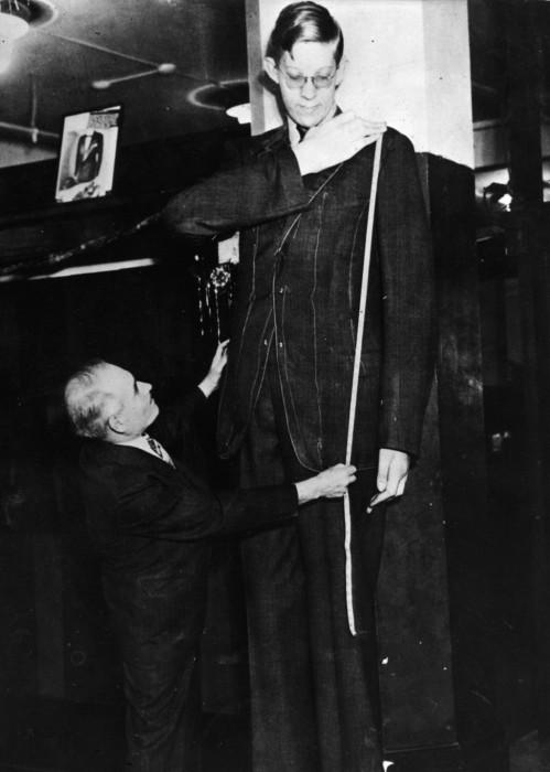 С Роберта Уодлоу берут мерки, чтобы сшить пиджак, 1939 год.
