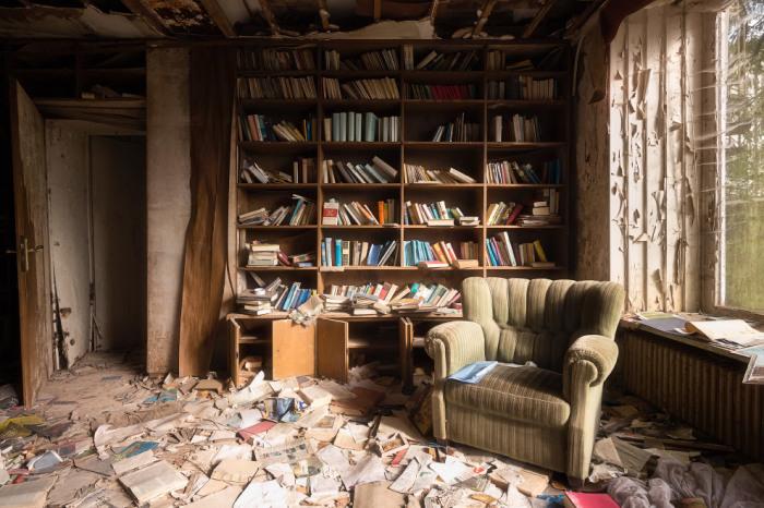 Книжный шкаф в немецком заброшенном доме.  Автор: Roman Robroek.
