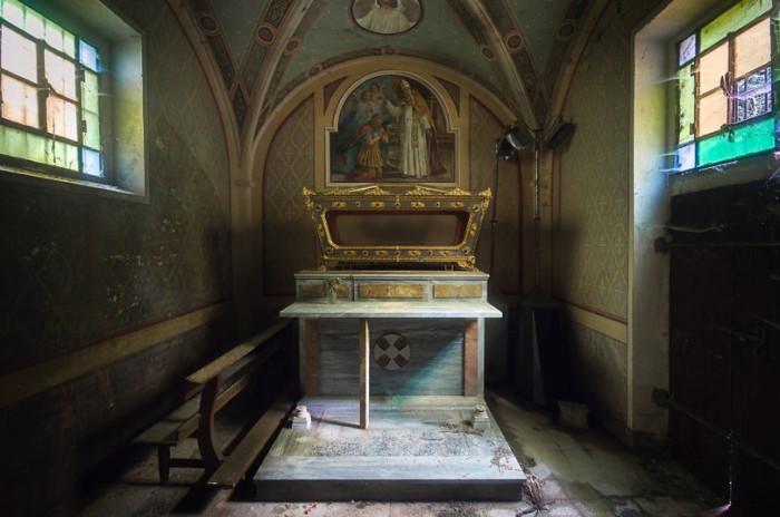 Заброшенный храм. Автор: Roman Robroek.