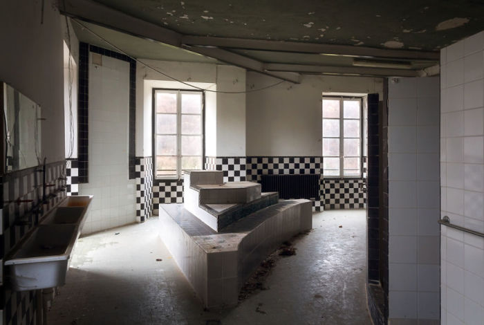 Просторная ванная комната в одном из заброшенных замков. Автор: Roman Robroek.