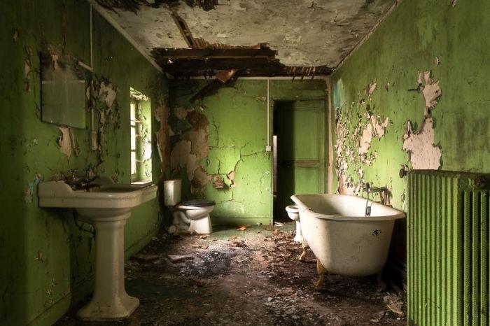 Заброшенная зелёная ванная комната. Автор: Roman Robroek.