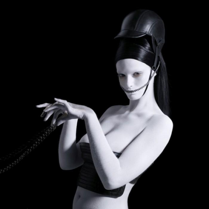 Выбеленные тела и специфически-неординарные аксессуары. Фотографии Сабины Пигаль (Sabine Pigalle).
