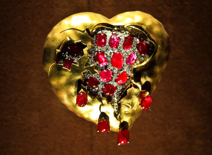 Сальвадор Дали, Карлос Алемани: Гранатовое сердце, 1949 год, золото, бриллианты, рубины. \ Фото: livejournal.com.