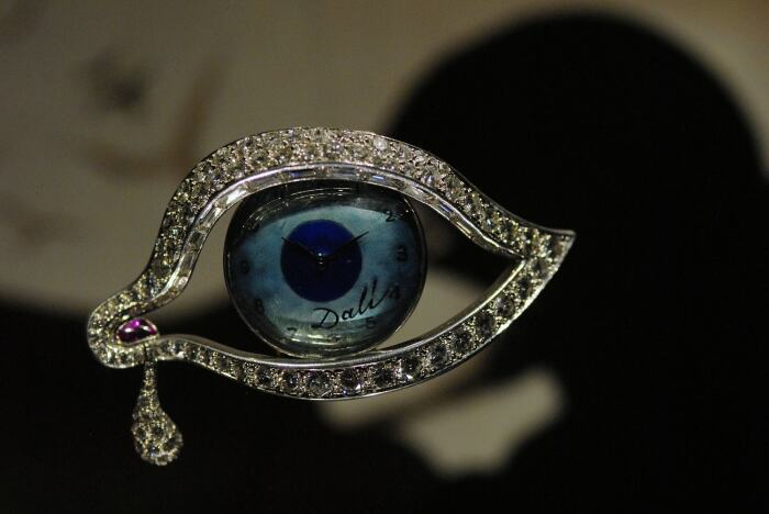 Сальвадор Дали, Карлос Алемани: Око времени, 1949 год, платина, бриллианты, рубины, эмаль, часы с механизмом Movado 50SP. \ Фото: catalunyaexperience.fr.