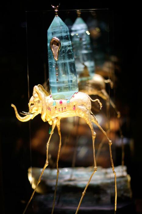 Сальвадор Дали Космический слон, 1961 год, золото, изумруды, рубины, бриллианты, Аквамарин, часы с механизмом Омега. \ Фото: mgorskikh.com.