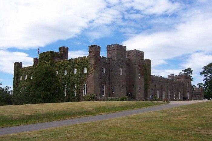 В гостях у родственников королевы. Замок Гламс.